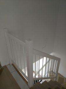 Schody dywanowe dębowe + biała barierka